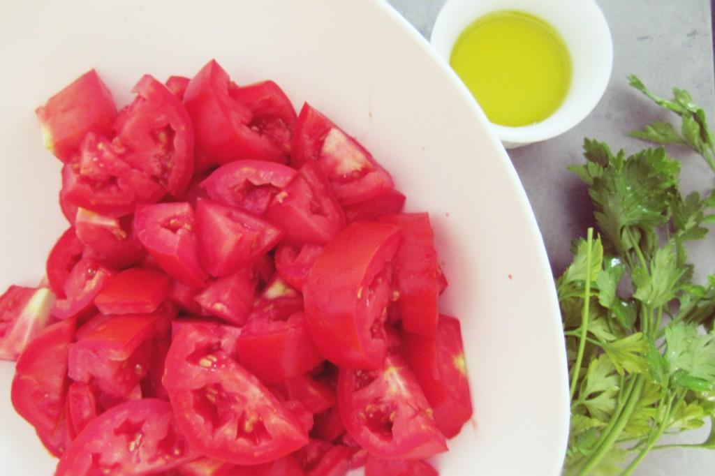 Ingredientes da receita: tomates, salsa lisa e azeite de oliva.